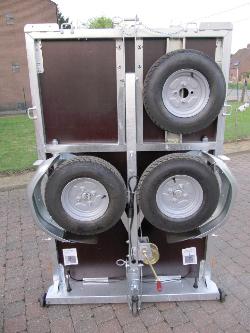walltrailer met reservewiel gemonteerd.